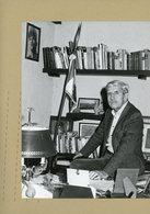 PHOTO DE PRESSE -  Le  Général JACQUES  MASSU  Dans Son Bureau , Accusé De Torture Pendant La Guerre D'algérie - War, Military