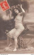 Nue - N°67088 - Jeune Femme Vêtue Seulement D'un Voile Assise Sur Un Tronc Et Tenant Une Couronne De Fleurs - Nus Adultes (< 1960)