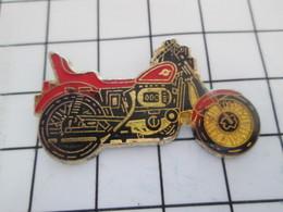 516b Pin's Pins / Beau Et Rare / THEME : MOTOS / GROSSE ROUTIERE ROUGE ET NOIRE - Motorfietsen
