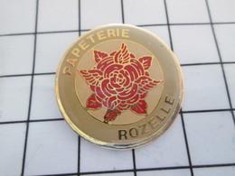 516b Pin's Pins / Beau Et Rare / THEME : MARQUES / PAPETERIE ROZELLE FLEUR ROUGE Par MARGIL - Marques