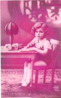 Enfants :  Petite Fille Assise écrivant - Gruppi Di Bambini & Famiglie