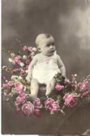 Enfants :  Bébé Sur Un Lit De Fleurs - Gruppi Di Bambini & Famiglie