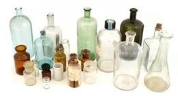 21 Db Különböző Régi Orvosi üveg, Kopásnyomokkal, M: 5 és 24 Cm Között - Glass & Crystal