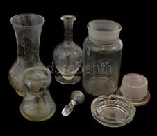 Vegyes üveg Tétel, 7 Db: Nagy Gyógyszeres üveg 1L, Dugóval, M: 21 Cm, Sárgás-barnás Anyagában Színezett üveg Kiöntő, Dug - Glass & Crystal