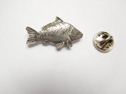 Beau Pin's  En Relief , Poisson Pêche , Carpe , Signé Brown - Animaux