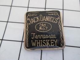 516b Pin's Pins / Beau Et Rare / THEME : BOISSONS / ETIQUETTE NOIRE DE WHISKY JACK DANIEL'S - Bebidas