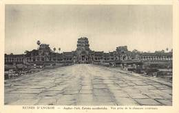 Cambodja      Ruines  Angkor Vath Entrées Occidentales . Vue Prise De La Chaussee Extérieure      M 3156 - Cambodia