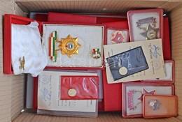 13db-os Kitüntetés és Szocialista Jelvény Tétel, Néhány Darabhoz Viselői Igazolvány és Adományozói Okirat Kartondobozban - Coins & Banknotes