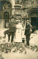 ITALY - Delightful View Of Group Feding Pidgeons - Untitled - Venice 1910 Written On Rear - Venezia (Venice)