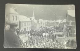 CARTE POSTALE PHOTO RARE  FOULE DÉFILÉ  MILITAIRE  MONTAGNE à Déterminer En  L état Sur Les Photos - Guerre 1914-18
