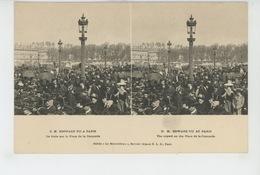 """PARIS - S.M. EDOUARD VII A PARIS - La Foule Sur La Place De La Concorde - Carte STEREO """"Le Merveilleux """" - France"""