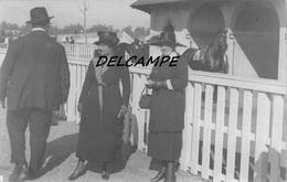 ARGENTINE - SANTIAGO - Champ De Courses Hippodrome - Femmes Posant Devant Les Boxes. Carte Photo 1919 - Horse Show