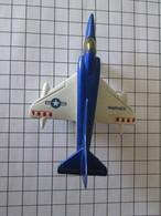 Modèle Réduit En Métal Années 70 : MATCHBOX MDD A-4 SKYHAWK , TB état ; Pour La Taille Voir Les Carreaux Qui Font 1 Cm - Luchtvaart