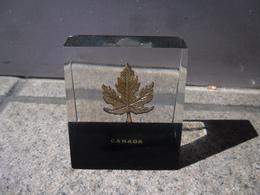 PRESSE PAPIERS CANADA - Feuille D'Erable - Souvenir Made In Canada - Un Petit Défaut à L'arrière Dans Un Angle - Paper-weights