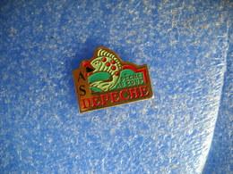 985   PINS  Pin's   PÊCHE   AS LA DÉPÊCHE Pêche Au Coup - Badges