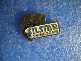 983   PINS  Pin's  SILSTAR  FISHINGTEAM Poisson Pêche Truite - Badges