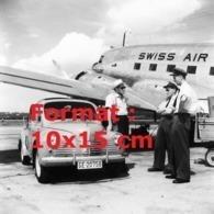 Reproduction D'une Photographie Ancienne De 2 Pilotes Discutant Avec Un Photographe Près D'une Avion De La Swissair 1950 - Repro's