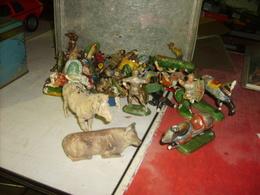 Lot De Figurines Soldats Et Autres Principalement Soldats Durso ( Mauvais état) - Figurines