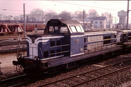 Photo Diapo Diapositive Slide Train Locomotive Diesel SNCF BB 66117 Et Wagon Silo T à Dijon Pérrigny En 1992 VOIR ZOOM - Diapositives
