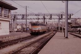 Photo Diapo Diapositive Slide Wagon Train Locomotive Electrique SNCF BB 9333 à Marseille En 1992 VOIR ZOOM - Diapositives