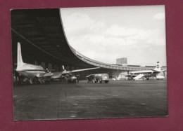 290520 - PHOTO PRESSE 1963 - ALLEMAGNE BERLIN Aéroport De Tempelhof Avion Aviation Camion Essence Esso Ravitailleur - Tempelhof