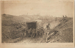 MILITARIA GUERRE 1914 HELPING AN AMBULANCE THROUGH THE MUD - Guerre 1914-18