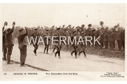 ANZACS IN FRANCE NEW ZEALANDERS CHEER THE KING OLD B/W POSTCARD DAILY MAIL WAR PICTURES SERIES NO 155 BATTLE PICTURES - Guerre 1914-18