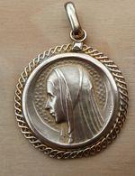 Med-582 Médaille –pendentif Signée Chary En Métal Jaune ,pourtour Ouvragé VIERGE Aubdos LOURDES - Religione & Esoterismo