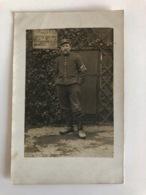 Foto Ak Soldat Francais Brassard Croix Rouge Uniform Kepi Souvenir Campagne 1914-1915 - Guerre 1914-18