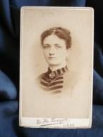 Photo CDV  Zeyen à Liège  Beau Portrait Femme  Robe Avec Applications En Velours  CA 1880- L500 - Anciennes (Av. 1900)