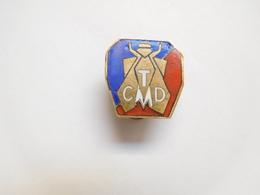Bel Insigne De Boutonniére ( No Pin's ) , TCMD , Armée Militaire ?? Abeille - Militares