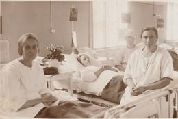Nurse And Patients -unidentified Location - Infirmière Et Patients - Lieu Inconnu - Croix-Rouge
