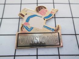 516b Pin's Pins / Beau Et Rare / THEME : AUTRES / ETUDIANT EN TRAIN DE COURIR CHRISTOPHE - Badges