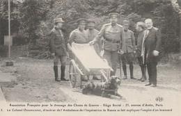 CARTE POSTALE   Le Colonel Osnopichine Se Fait Expliquer L'emploi D'un Brancard - Guerre 1914-18
