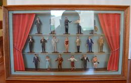 LE RIDEAU ROUGE BEAU DIAPORAMA 43x26x5,5 Des Célébrités Des Années 60 Avec 18 Figurines MOKALUX Peintes En Costumes D'ép - Small Figures