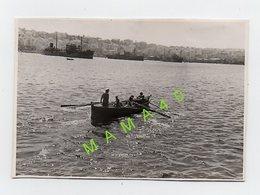 PHOTO DE 1942 -  MARINS D'UN NAVIRE DE GUERRE FNFL - DANS BATEAU A RAMES DIRECTION PORT DE BEYROUTH - AUTRES NAVIRES - Schiffe