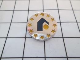 519 Pin's Pins / Beau Et Rare / THEME : AUTRES / PETITE MAISON ENTOUREE D'ETOILES JAUNES - Badges