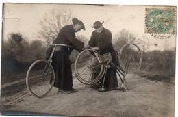 2 Curés En Soutane Réparant Leur Vélo - Carte-photo 1906 Postée En Mayenne - Christianisme