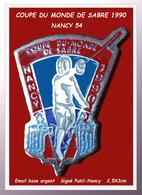 SUPER PIN'S ESCRIME : COUPE DU MONDE DE SABRE 90 à NANCY (54), émail Base Argent, Format  Signé PUBLI-NANCY 2,5X3cm - Scherma