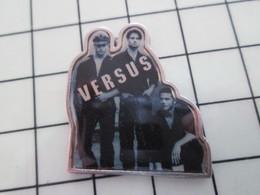 616B Pin's Pins / Beau Et Rare / THEME : MUSIQUE / VERSUS SORTE DE BOYS BAND Mou ? - Musique