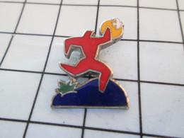 720 Pin's Pins / Beau Et Rare / THEME : AUTRES / HOMME ROUGE COURANT APRES LE SOLEIL Ugh ! - Badges