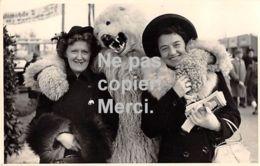 Carte Postale  - Photo - Montreur - OURS Blanc Déguisé Avec 2 Femmes -  En Allemagne - Photographie