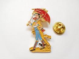 Superbe Pin's En Relief , Personnage Avec Parapluie - Badges