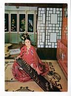Corée Du Sud   Femme Jouant Du Gayageum  A Korean Classical Woman Plays Gayageum TBE - Corée Du Sud