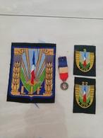 17368  MILITARIA LOT INSIGNES TISSUS ET  REDUCTION DECORATION - Medals