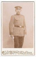 0440 CDV Photografie: Curt Born, Kamenz I. S. - Junger Deutscher Soldat Mit Schirmmütze - Guerre, Militaire