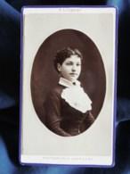 Photo CDV A. Liébert à Paris -joli Portrait Jeune Femme, Plastron En Dentelle, Mme Raveau,  Circa 1880 L503B - Anciennes (Av. 1900)