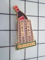 1120 Pin's Pins / Beau Et Rare / THEME : BOISSON / APERITIF CUSENIER DANS UN PANIER D'OSIER 1892 1992 - Bebidas
