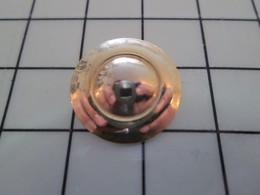 1120 Pin's Pins / Beau Et Rare / THEME : METAL JAUNE BOUTON ? On Voit Mes Mains Et L'appareil Photo Dans Le Reflet - Pin's