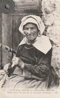 29 - COUTUMES, MOEURS ET COSTUMES BRETONS  Vieille Femme Des Environs De Chateaulin - People